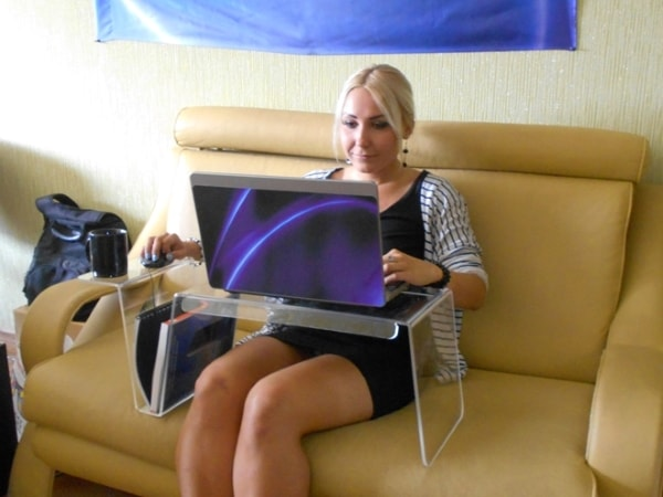 Прозрачный столик для ноутбука из акрила, оргстекла