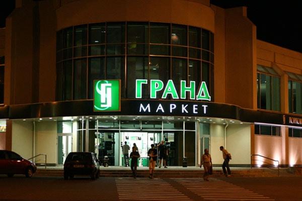 Оформление фасада торгового центра - световая вывеска с объемными буквами