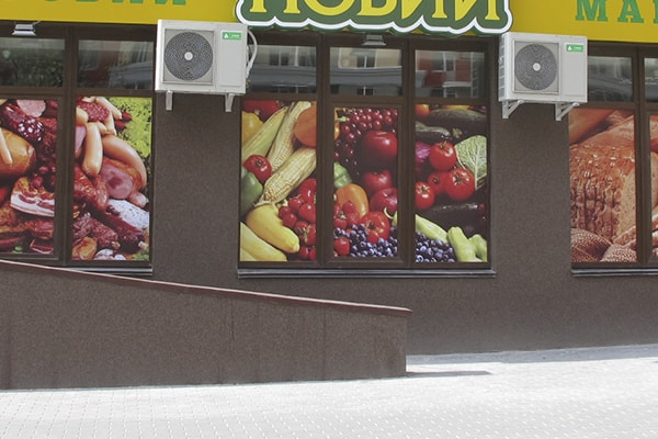 Оформление витрин продуктового магазина