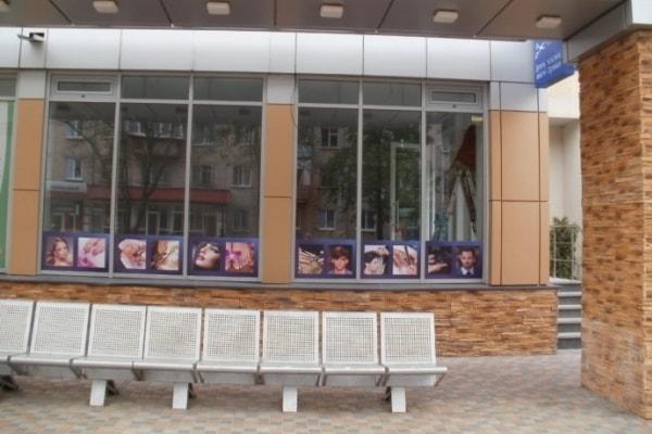 Реклама на витрине парикмахерской