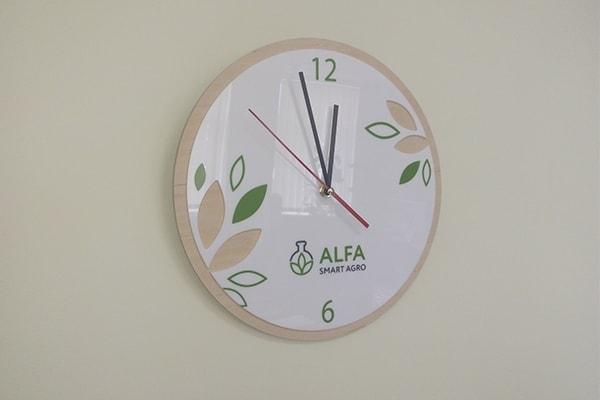 Корпоративний годинник з логотипом, символікою компанії
