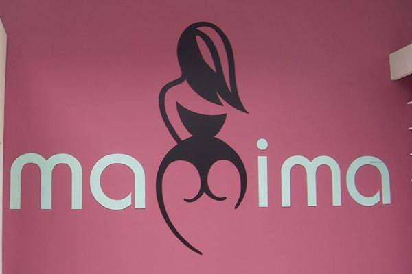 Интерьерная вывеска в магазине женского белья - плоские буквы и символы из акрила