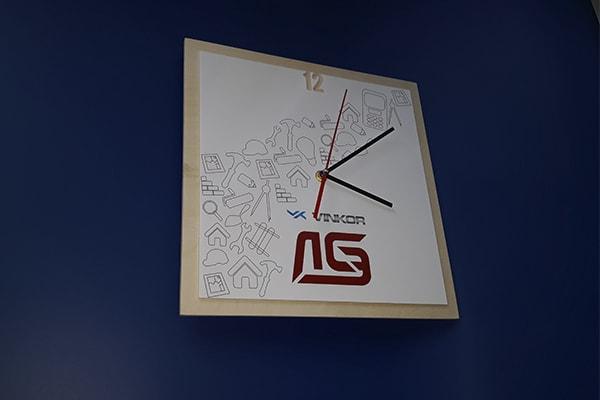 Нанесение, печать логотипа на настенные часы
