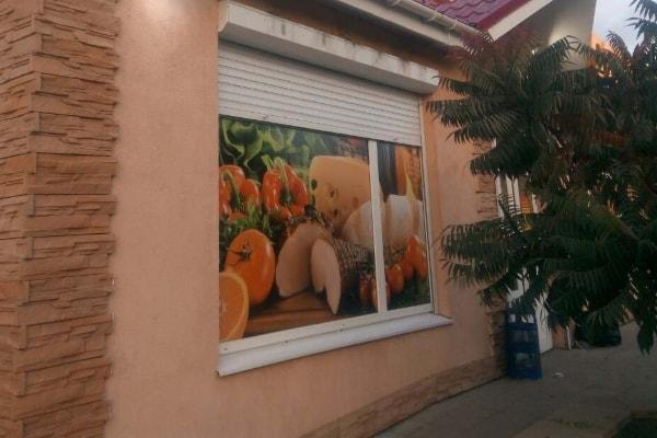 Брендирование витрин супермаркета самоклеящейся пленкой