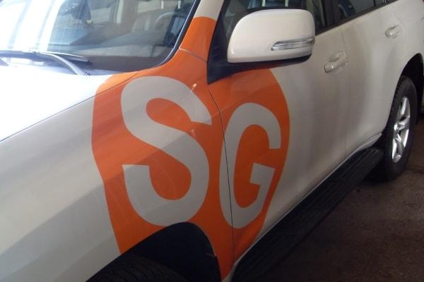 Оформление автомобиля символикой компании