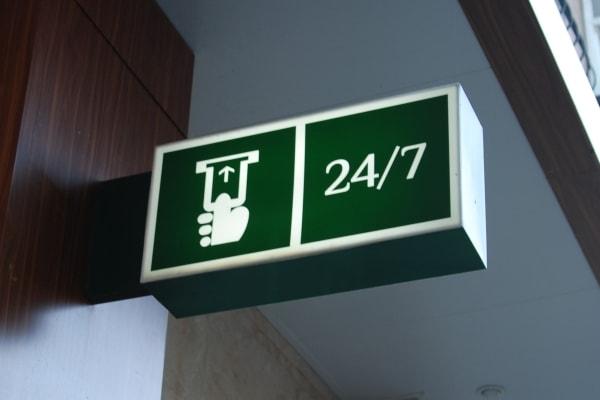 Двостороння інформаційна вивіска банка на панелі кронштейн