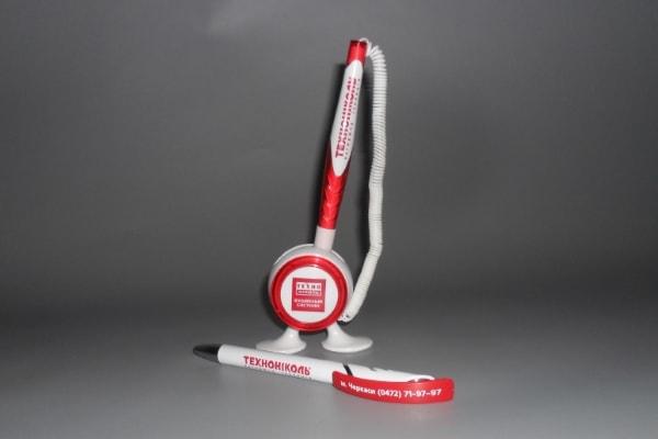 Корпоративные ручки с логотипом компании на подставке