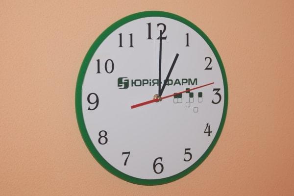 Настінний годинник з корпоративною символікою компанії - Юрія-фарм