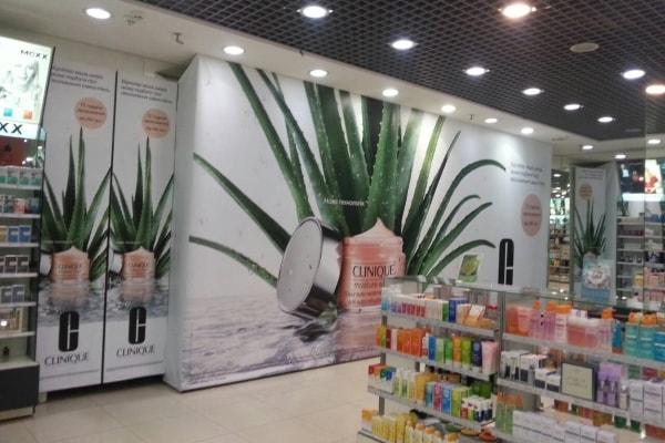 Оформление интерьера магазина косметики рекламными баннерами