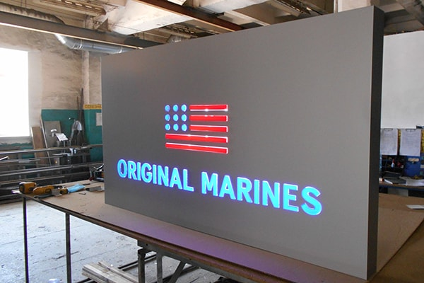 Рекламная вывеска с подсветкой светодиодами - световой короб для магазина одежды