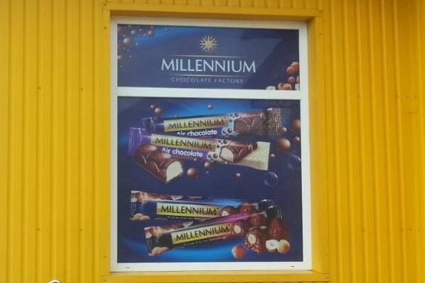 Рекламне оформлення вікна продуктового магазина - друк на самоклеючій плівці
