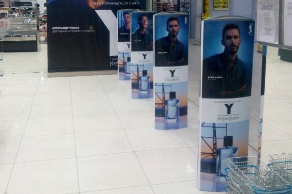 Брендування, рекламне оформлення магнітних антикрадійних воріт магазину в торгівельному центрі