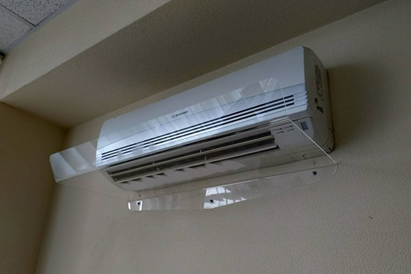 Захист від потоків холодного повітря кондиціонера в офісі - дефлектор, захисний екран для кондиціонера із прозорого оргскла