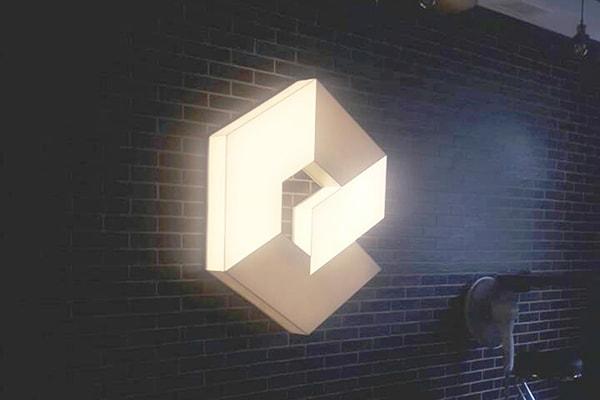 Інтер'єрна світлова вивіска, лайтбокс у вигляді логотипа для офіса it-компанії