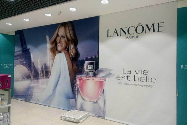 Печать и монтаж рекламного баннера - оформление интерьера магазина косметики