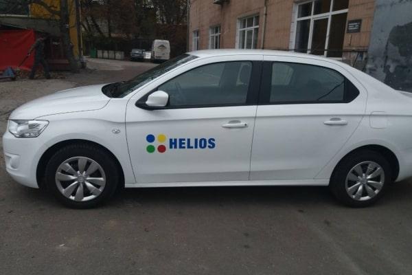Наклейка в виде логотипа на автомобиль