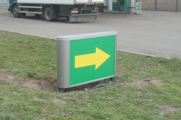 Наземний світловий вказівник напрямку руху для АЗС