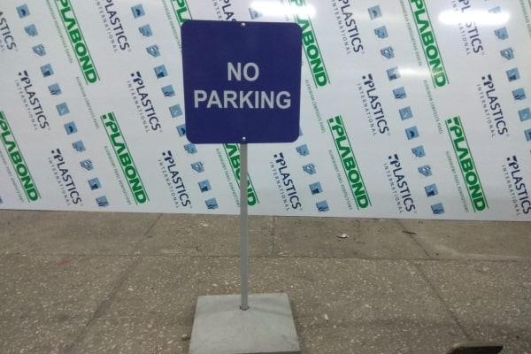 Переносная табличка - не парковаться, парковка запрещена