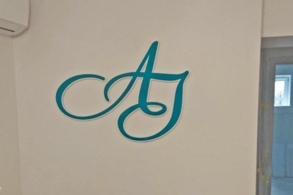 Интерьерная вывеска в форме логотипа из акрила