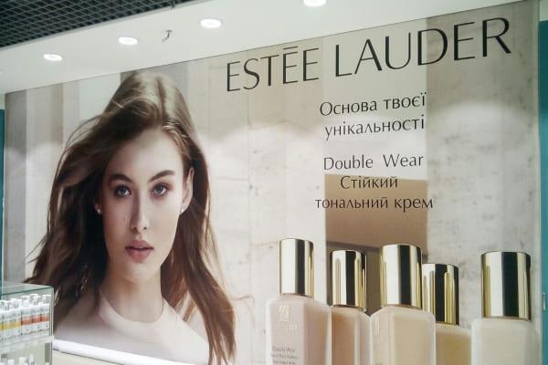 Оформление стены в магазине рекламным баннером