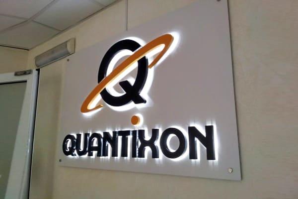 Интерьерная вывеска в форме логотипа с буквами подсветкой контражур