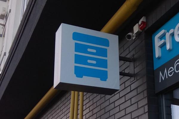 Рекламне оформлення консольної вивіски магазина