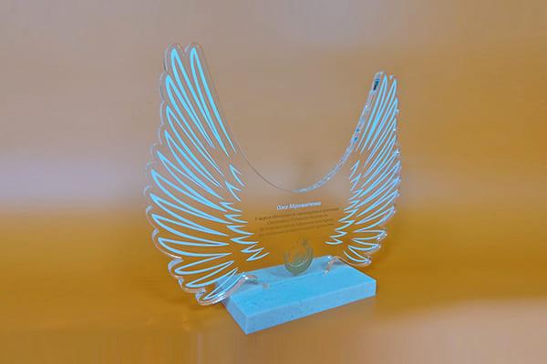 Нагородний кубок із прозорого акрила з гравіюванням і підставкою з штучного каменю