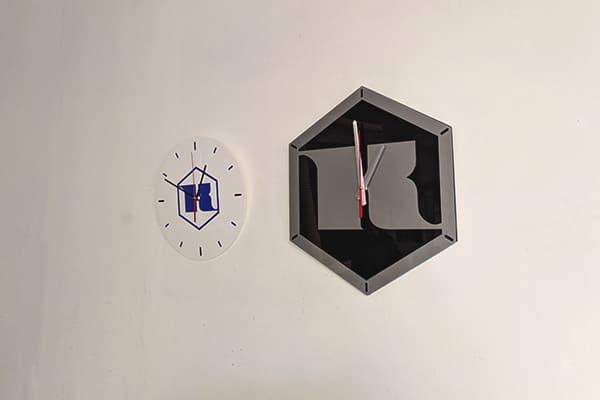 Настенные часы с логотипом, корпоративной символикой для завода