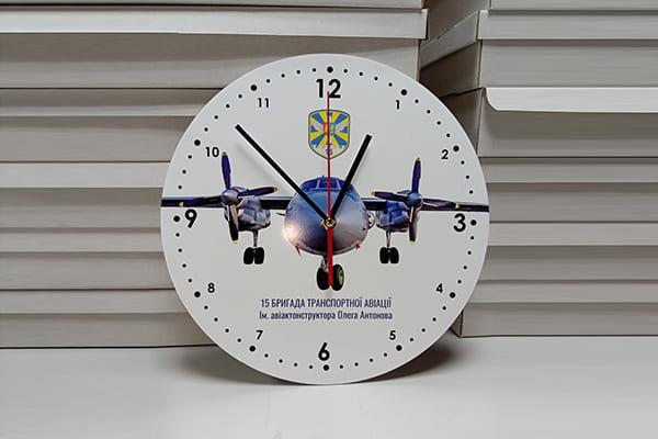 Настінний годинник із зображенням, логотипом