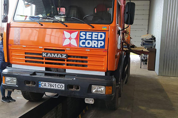 Друк і поклейка логотипа на вантажний транспорт