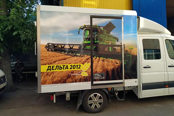 Оклейка корпоративного грузового автомобиля компании самоклеящейся пленкой